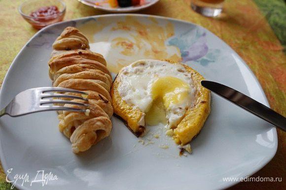 Все как полагается белок схватился, а желток вытекает. (За эту идею жарки яйца спасибо кулинарному блоггеру Нине Фоминой).