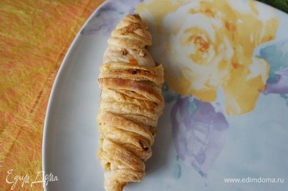 Накрываем завтрак. Мумии-филе рисуем горчицей глазки, кетчупом подрисовываем ротик.