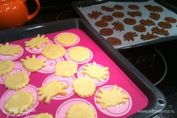Раскатайте тесто в пласт 0,5 см и вырежьте фигурки. Выложите на противень застеленный бумагой для выпечки. Выпекайте в духовке около 20 минут.