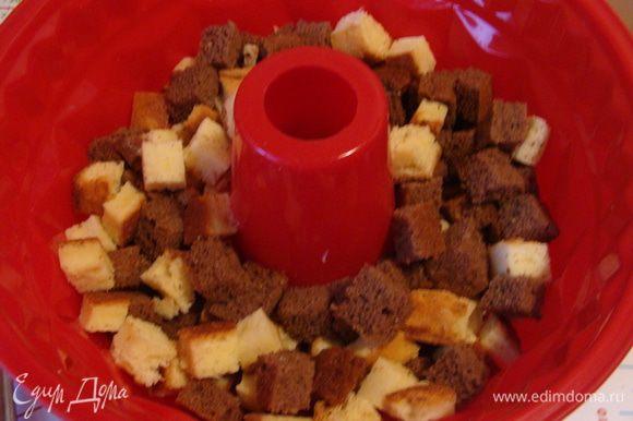 Коржи порезать кубиком. В форму выложить 1/3 часть бисквитных кубиков. Для того, чтобы в последствии вкус торта был более разнообразный, я советую в этой части использовать больше белых кубиков! Для чего, потом вы поймете сами)))