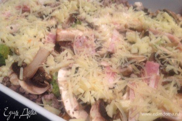 Нарезанный тонкими полосками бекон и натертый сыр.