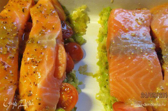 Сверху выкладываем рыбное филе и поливаем оставшимся соусом. Отправляем в духовку 180-200 гр минут на 20, до готовности рыбы.