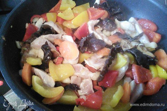 Добавляем куриное мясо и распареные грибы, порезанные на полоски. Жарим ещё мин. 4-5.
