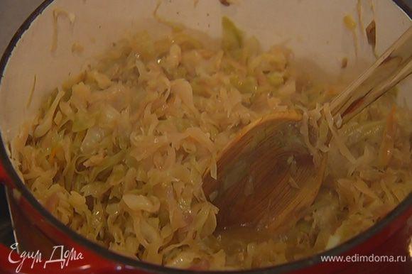Накрыть капусту крышкой и тушить около 2 часов до готовности. Если нужно, влить немного горячей воды или куриного бульона, чтобы капуста не пригорала.