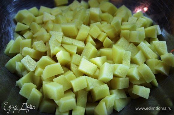 Картофель очистить и нарезать кубиками (1,5х1,5 см.)