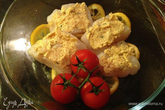 Филе трески вымыть, высушить и выложить на лимоны. Смешать хлебную крошку, мягкое сливочное масло, листочки тимьяна, соль, кайенский перец и горчицу с зёрнышками. Помазать этой смесью рыбу. Выложить в форму помидоры.