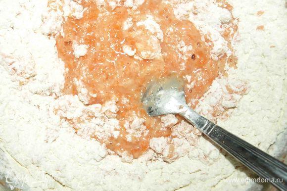 Добавляем просеянную муку и разрыхлитель. Замешиваем тесто. Муки я добавляю 200 гр.