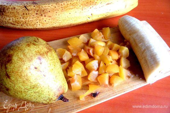 Для начинки берём всего понемножку: абрикосины,банан,грушу без кожицы мелко нарежем.