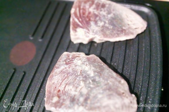 Тунец кладем на разогретый гриль или сковороду гриль или на обычную сковороду и жарим по 2-3 мин. с каждой стороны. Серединка стойка тунца должна остаться бледной (это видно с внешних сторон стейка) , тогда рыба получится сочной и нежной.