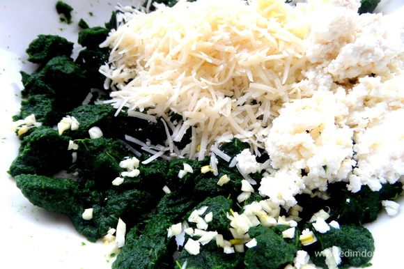 Размороженный шпинат смешиваем с рубленным чесноком,творогом и сыром...Солим,если требуется!