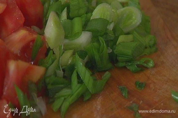 Зеленый лук нарезать наискосок.