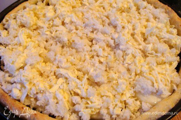 Сверху посыпать хлебной крошкой смешанной с натертым пармезаном или любым другим тертым сыром. В духовке температуру уменьшить до 160* и подержать пирог еще 15 минут, чтобы сыр расплавился.