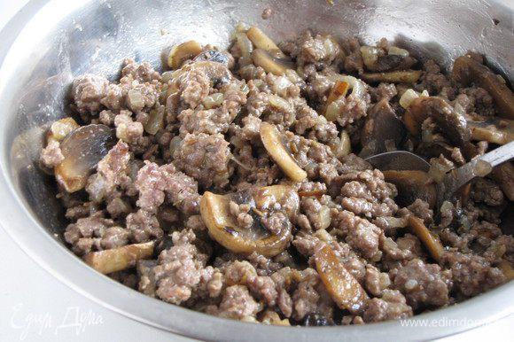 Смешать фарш с грибами, приправить солью и перцем.