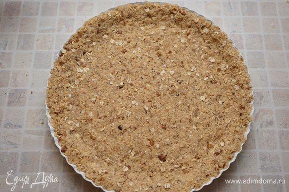 Распределить тесто по дну формы, сделать бортики. Вынимаем из духовки тыкву, понижаем температуру до 180 гр., ставим выпекаться основу для тарта около 15 минут до слегка румяного цвета.