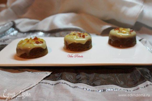 Даем глазури немного времени схватиться и можно подавать!! Но вкуснее пирожные после ночи в холодильнике! Если делать большим пирогом, то резать его лучше горячим ножом, чтобы глазурь не прилипла к нему, а она в свою очередь порадует вас своей глянцевостью и консистенцией. Благодаря составу она мягкая, но упругая, не ломается и не крошится!