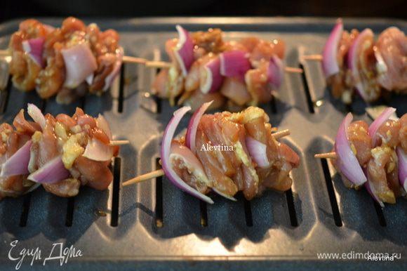 Луковицу нарезать крупно и нанизывать с куриным мясом на деревянные палочки. выложить на противень. Готовить на гриле или в духовке на 200 гр.до готовности.