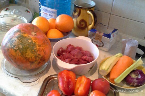 Большую тыкву помыть, срезать крышку, выбрать мякоть , оставив 1,5 см стенок,натереть чесноком и посыпать тимьяном, перцем, базиликом, и розмарином. Порезать мясо, лук, стебли сельдерея.