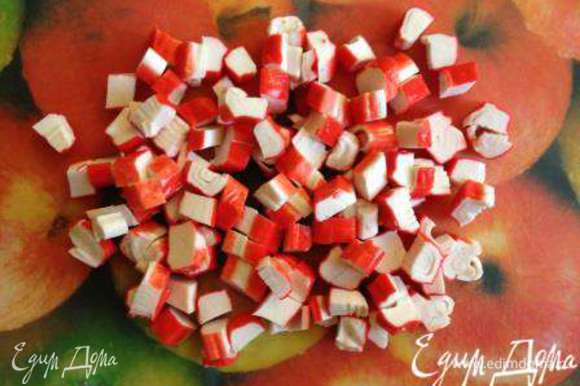 Крабовые палочки режем средними кубиками.