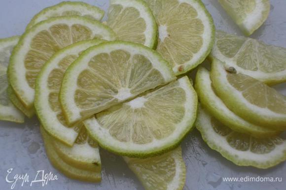 Один лимон нарезать тонкими полукольцами,а из второго-выжать сок.Розовый перец растереть в ступке.