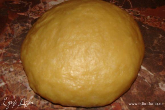 Затем просеиваем туда муку около 400 г, автор указывал 300 г, но у меня ушло больше. Замешиваем не очень густое тесто. Затем на припыленный мукой стол выкладываем тесто, добавляем еще около 100 г муки. Тесто получается эластичным. Почти не липнет к рукам.