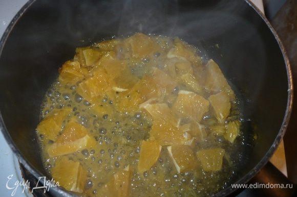 Готовим соус: в сотейник можно слить немного масло в котором обжаривали грудку, если оно не пригорелое только, кидаем мякоть апельсинов, немного выпариться.