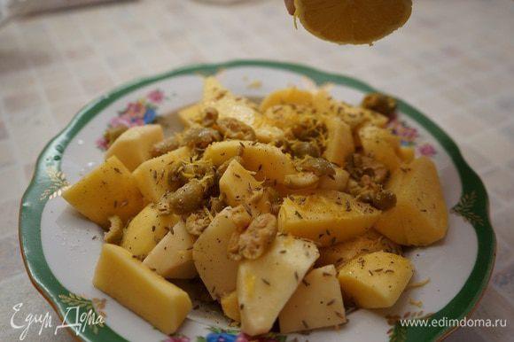 Картофель почистить (молодой картофель, конечно же, чистить не надо!), крупно порезать. Переложить в миску и смешать с нарезанными оливками, посыпать зирой, цедрой с одного небольшого лимона, посолить, поперчить, сбрызнуть лимонным соком. Хорошо перемешать и выложить в глубокую разогретую сковороду.