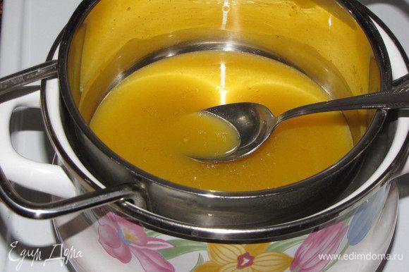 Нагреть желатиновую смесь на водяной бане до полного растворения желатина.