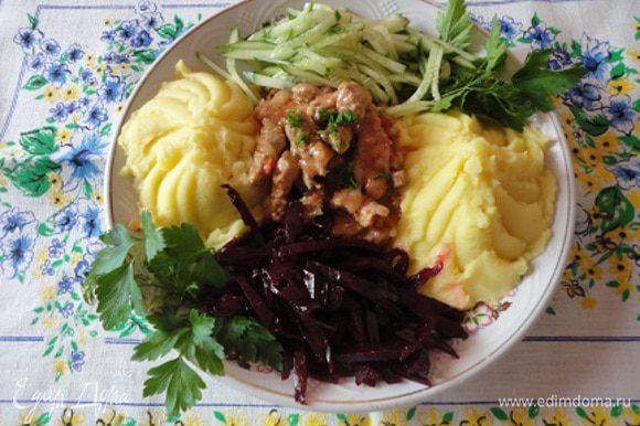 Подавать посыпав зеленью с одним из гарниров – картофель фри, рассыпчатый рис, отваренные или припущенные овощи. У меня такой сборный гарнир сегодня.