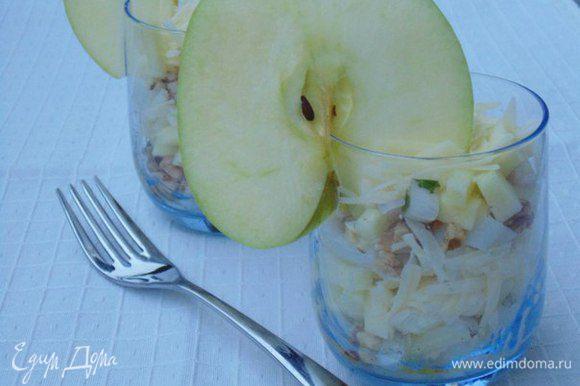 Выложить салат слоями: кальмар-яблоко-орехи-сыр, полить заправкой. Приятного аппетита!