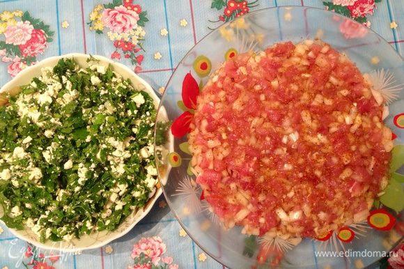 Делала эти пирожки с двумя начинками: Свинина с луком и приправа для шашлыка Сухая соленая брынза + зеленый лук, петрушка, укроп Поэтому заранее подготавливаем начинки.