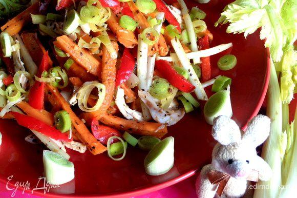 Простой, но яркий, вкусный салат вполне украсит ваш Новогодний стол и можно кушать без ущерба для фигуры))).