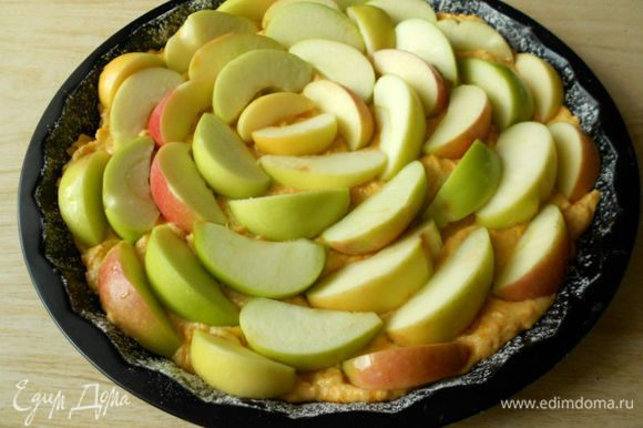 Сверху уложить кусочки яблок.