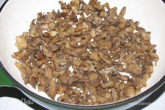 На отдельной сковороде обжарить грибы. Можно взять любые свежие грибы. В моем случае - вешенки.