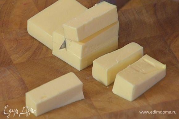 Масло порезать небольшими кубиками.