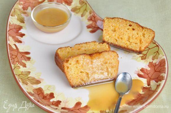 Можно не поливать в формочках соусом, а нарезать кексы и подать соус отдельно в соуснике (или сразу полить) на тарелочку.