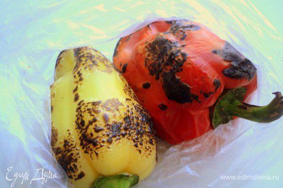 Перец обжечь на пламени плиты до черноты, положить на 10-15 минут в пластиковый пакетик, затем снять кожицу и удалить семена.
