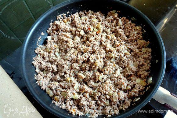 Добавить мясо и обжарить с луком. При необходимости добавить сливочное масло. Остудить.