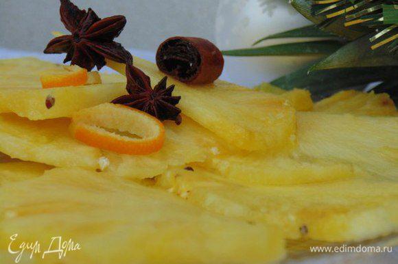 Выложить ананас в сироп. Поставить в холодильник на 3 часа. При подаче украсить корицей и бадьяном. Приятного аппетита!
