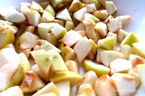 Яблоки помыть, серединку вырезать (кожицу по желанию), нарезать на кусочки, сбрызнуть лимонным соком.
