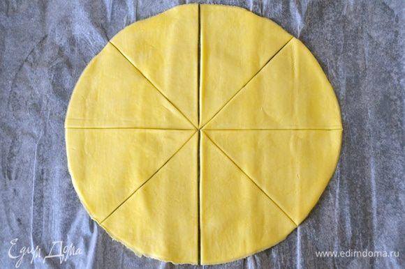 Займемся вторым слоеным коржом. Для этого тесто раскатать и также обрезать до диаметра 26 см, как и первый корж (в шаге 4). Затем разрезать круг на 8 ровных сегментов (вилкой не накалывать!).
