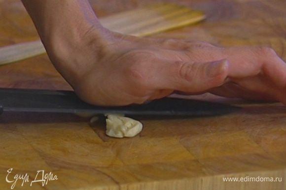 Зубчик чеснока для песто почистить, раздавить плоской стороной ножа и порезать.