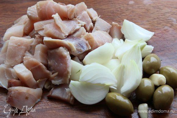 Из филе рыбы, лука, чеснока и оливок делаем фарш.