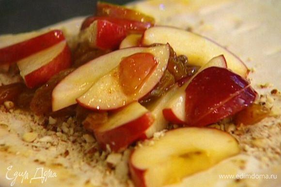 Выложить яблоки, накрыть второй половиной, прорезанной полосками.