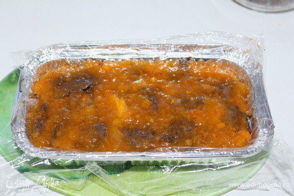 Затем слой пюре хурмы,оставшаяся половина печени.Закрыть пленкой и поставить в холодильник на 3 – 4 часа.