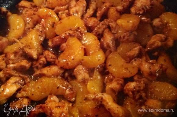Хорошо разогреваем сковородку без масла, потому что масло у нас в маринаде...выкладываем все содержимое на сковородку начинается процесс выпаривания маринада...делаем все это на большом огне без крышки...как только процесс выпаривания закончился и начался процесс обжарки мы добавляем мандарины...