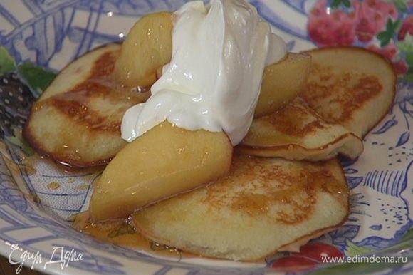 Подавать блинчики со сметаной и карамелизированными яблоками.