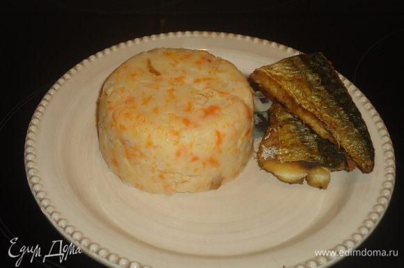 Картошку и морковку чистим, моем, кладем в кастрюлю и заливаем кипятком. Ставим вариться до готовности. Соль по вкусу.