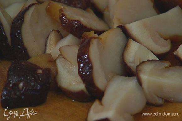 Размороженные белые грибы крупно порезать.