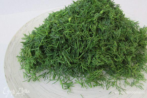 Приготовить соус песто. Зелень укропа помыть и хорошо обсушить. Мелко нарезать.