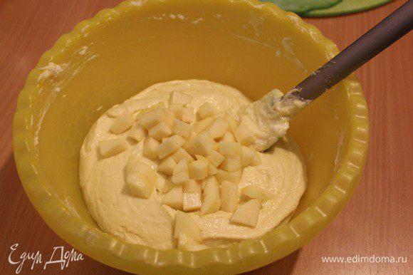 Добавить очищенную и порезанную кусочками сочную грушу.
